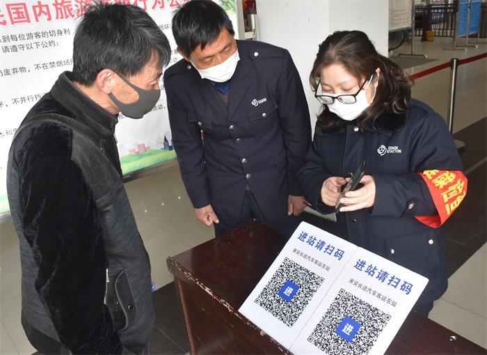 淮安客总青年志愿者帮助老年乘客学刷码