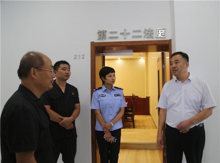 万士明副书记调研淮阴法院新诉讼服务中心